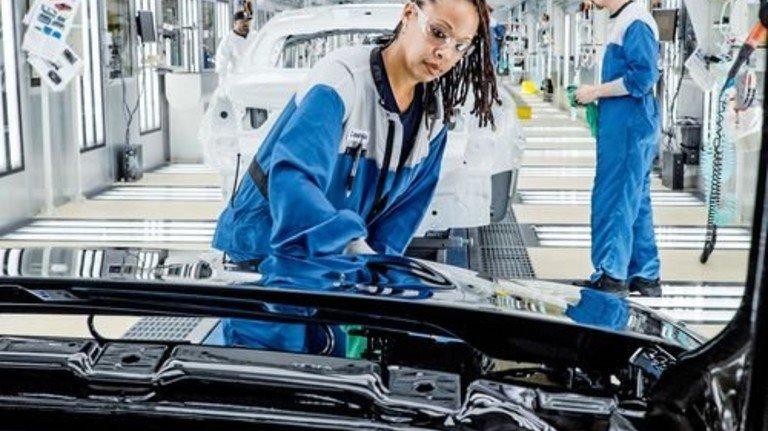 Glänzend: Blick in die Lackiererei des BMW-Werks in Spartanburg. Foto: Roth