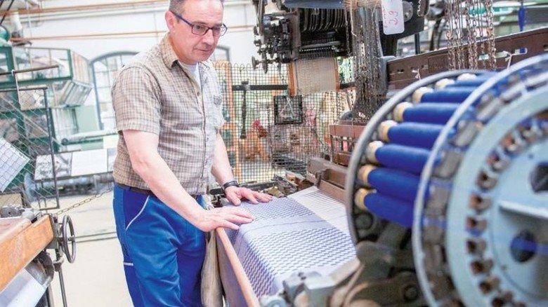 Herr der Maschinen: Rolf Wendemuth arbeitet seit 2007 in der Weberei. Foto: Straßmeier