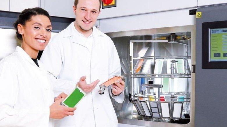 Gut im Griff: Labormitarbeiter beim Bestücken einer Prüfkammer. Foto: Holger Neu