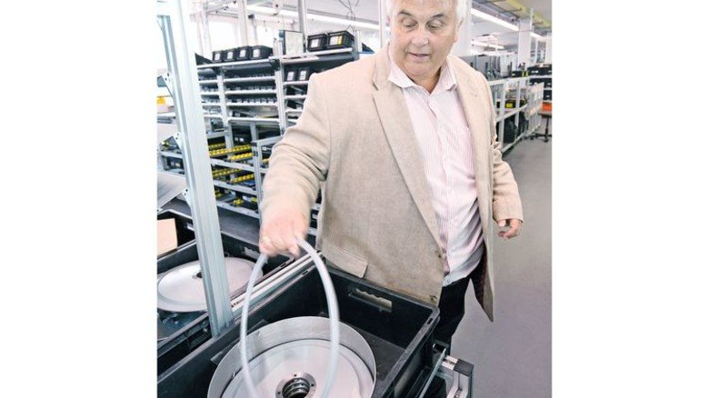 Produktion: Betriebsleiter Joachim Rebholz zeigt fertige Rundmesser. Foto: Mierendorf