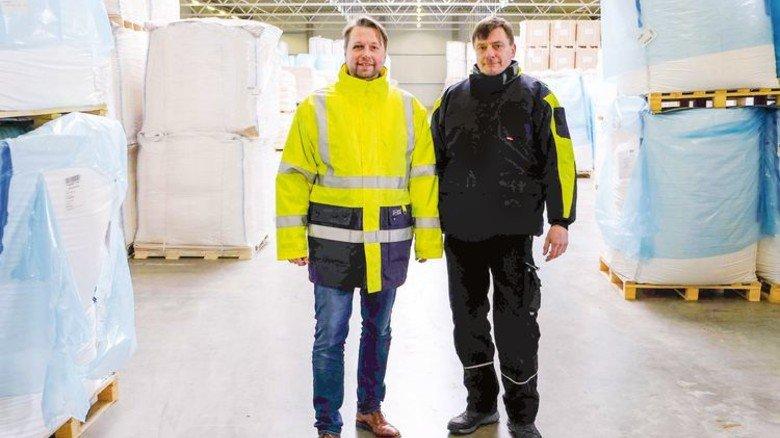 Kühlhalle bringt Aufträge: Rolf Schwarzer und Dirk Hafke von der Spedition Schwarzer (von links). Foto: Verband