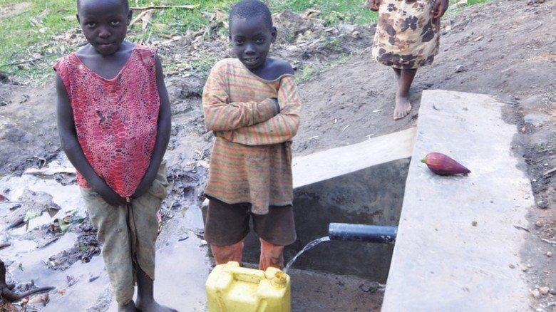 Wasserversorgung mangelhaft: Kinder mussten früher in ihrer Unterrichtszeit Kanister schleppen. Die Ingenieure halfen beim Bau von Leitungen.