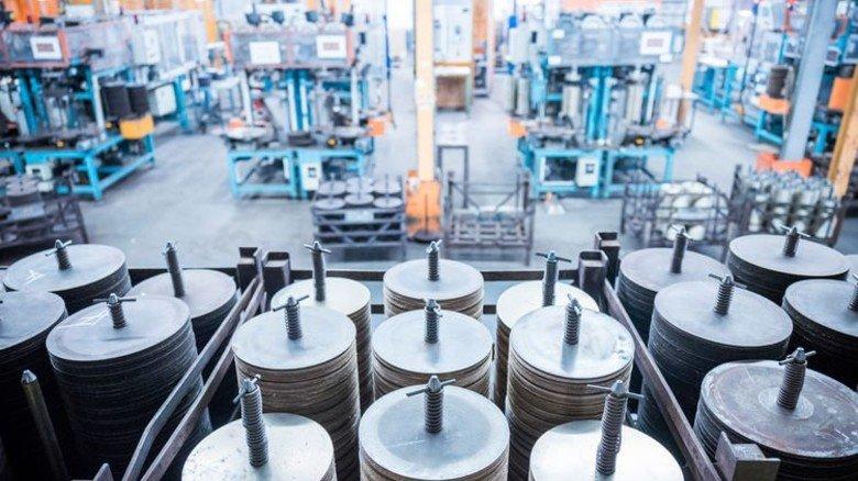 Gestapelt: Zwischen Brennhilfsmitteln aus Metall werden die Scheiben in Kammeröfen bei höchstens 190 Grad bis zu 32 Stunden gebrannt. Foto: Hosan