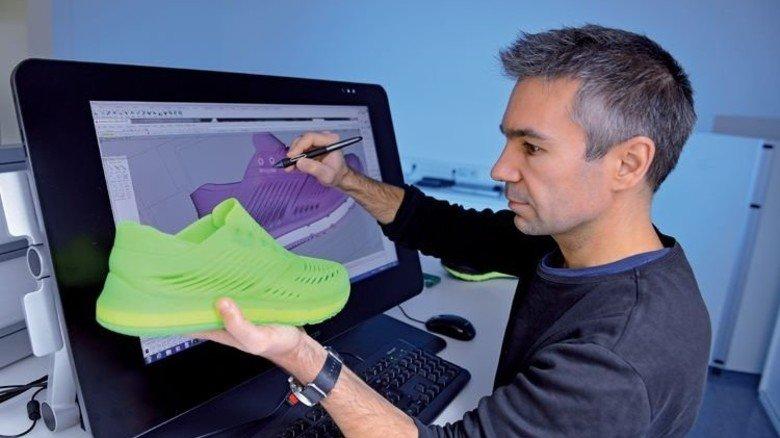 Gedruckter Schuh: Am PC erstellt Industriedesigner Uwe Remmele Daten, auf deren Basis ein Turnschuh im 3-D-Druck Schicht für Schicht aufgebaut wird. Foto: Augustin