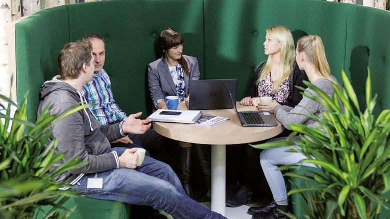 Fast wie im Stadtpark: Mitarbeiter in einem Meeting-Bereich. Foto: Philips/Frank von Wieding