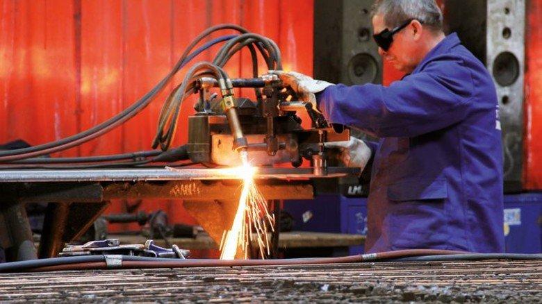 An der Brennmaschine: Die Ostseestaal-Fachleute können nicht nur Stahl, sondern auch Aluminium und andere Werkstoffe bearbeiten. Foto: Ostseestaal