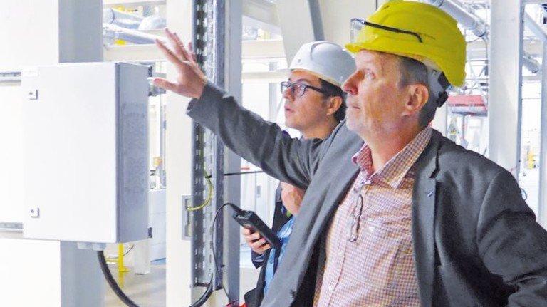 Komplex: Betriebsleiter Ingo Bräckel erläutert den Arbeitsprozess der Folienanlage. Foto: Rempe