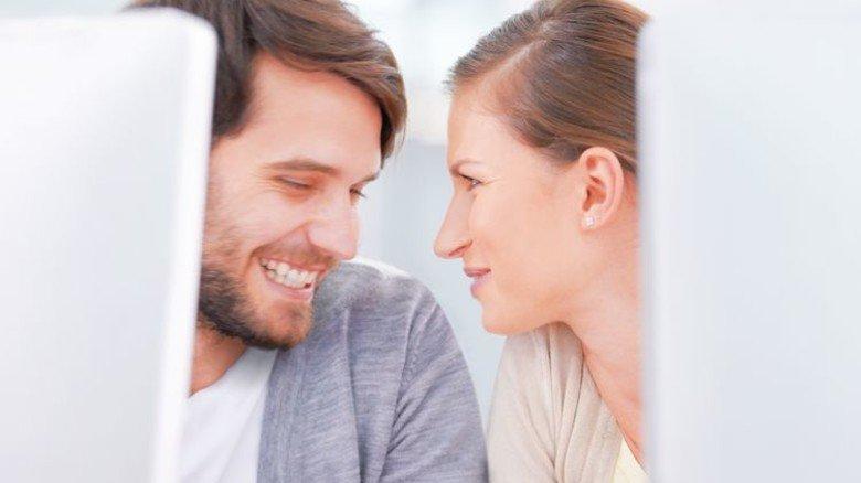 Blickkontakt: So bleibt ein Flirt erst einmal unverfänglich. Foto: Getty