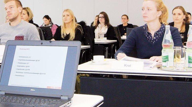Aufmerksam dabei: Firmen-Mitarbeiter bei der Fortbildung in der csmChemie in Baden-Baden. Foto: ChemieBW