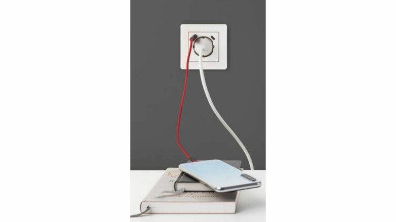 Kleines Multitalent: Eine Steckdose mit integrierten USB-Buchsen erspart oft das Umstöpseln oder eine größere Mehrfachsteckdose.