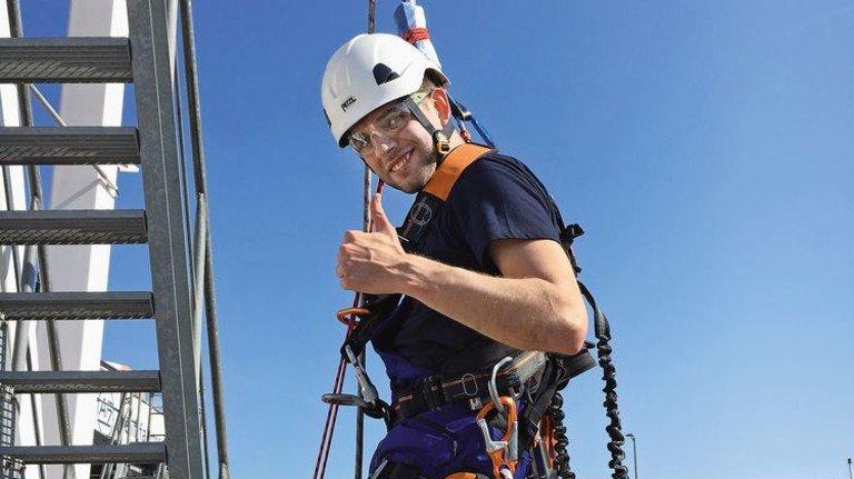 Am Seil: Andrii Lytvynenko bei einer Offshore-Übung in Rostock. Foto: privat