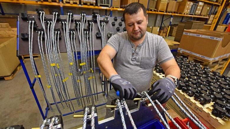 Anschluss-Arbeit: Alexej Djakow montiert Teile des Raketenbrenners.