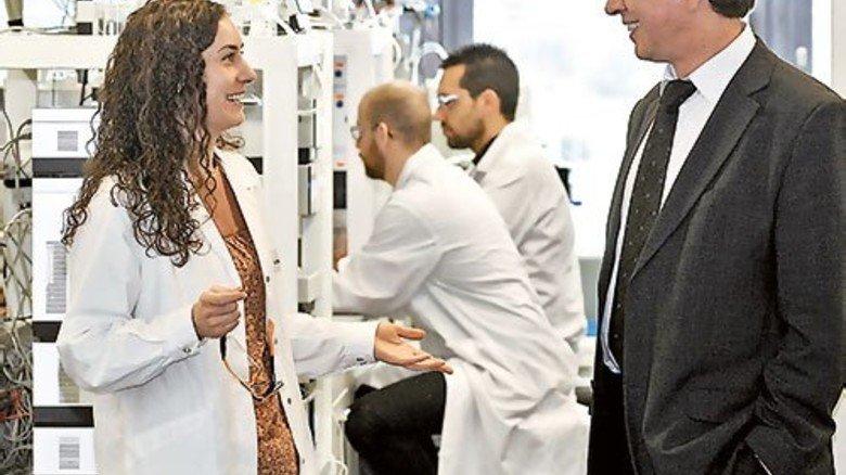 Schneller Austausch: Dirk Böttger und Sabine Klüppel vor einem Labor. Foto: Sandro