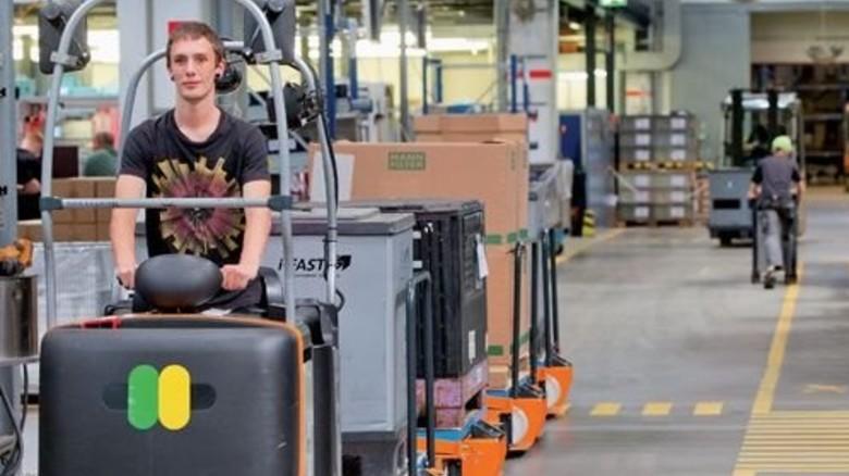 Kreislauf: Produkte und Material werden per Routenzug transportiert. Foto: Karmann