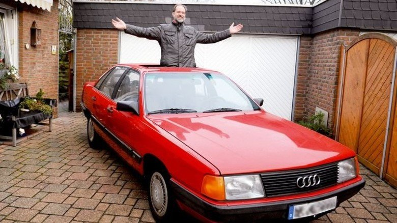 In Treue fest: Michael Bellstädt und sein roter Audi 100. Foto: Wirtz