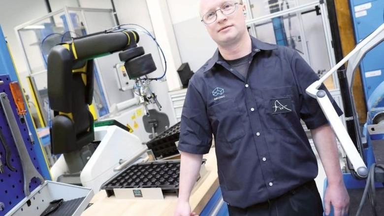 Keine Angst vorm Roboter: Maschinenbediener Markus Müller macht Digitales Spaß. Foto: Schaarschmidt