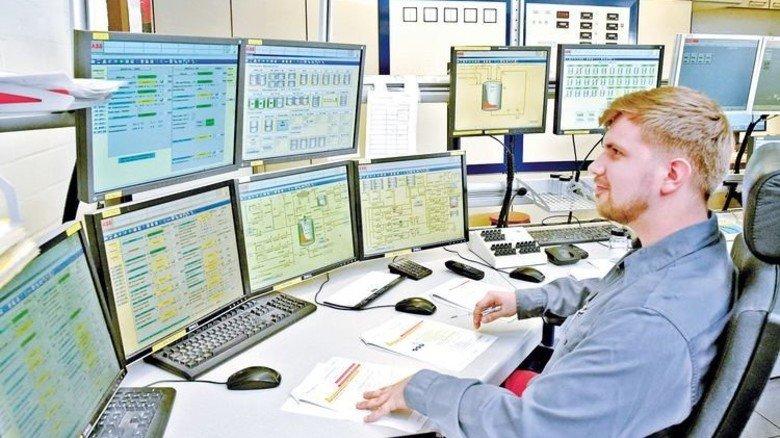 In der Messwarte: Auf den Bildschirmen kontrolliert Daniel Bergbold die Prozesse. Foto: Sandro