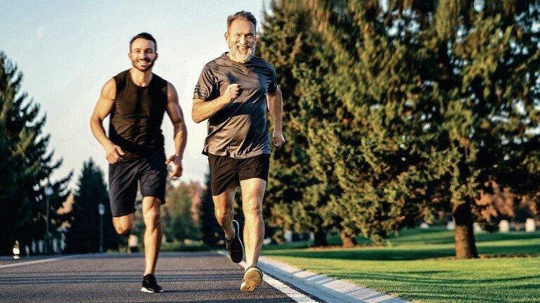 Da geht noch was: Menschen über 60 sind heute oft noch fit, gesund und leistungsfähig. Das gilt nicht nur für die Freizeit und den Sport. Auch im Betrieb sind Ältere noch produktiv, können mit den Jüngeren mithalten und sind ihnen dank ihrer Erfahrung sogar hier und da noch etwas voraus.