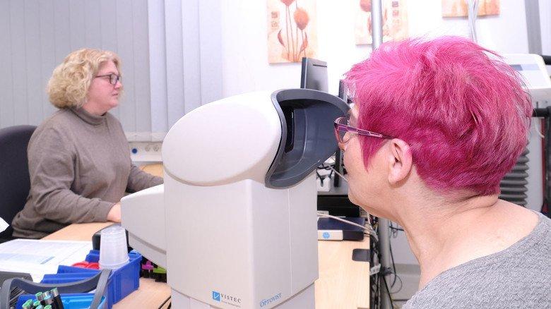 Funktionsdiagnostik: Ein Test garantiert, dass man auch am Bildschirm optimal sieht und die Brille die richtige Stärke hat.