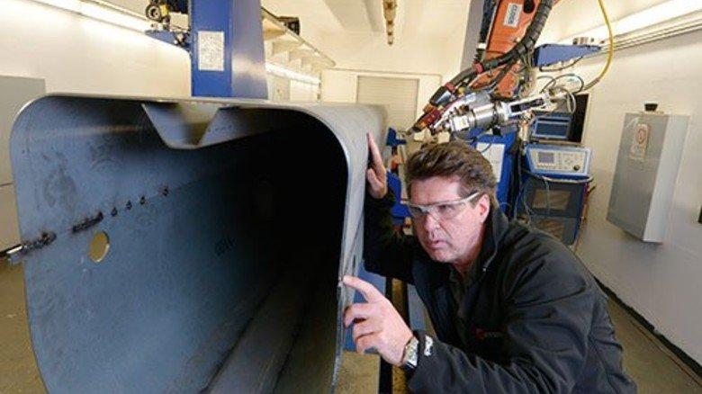 Großes Kaliber: Michael Hüneke kontrolliert eine Naht des Schweißroboters. Foto: Augustin