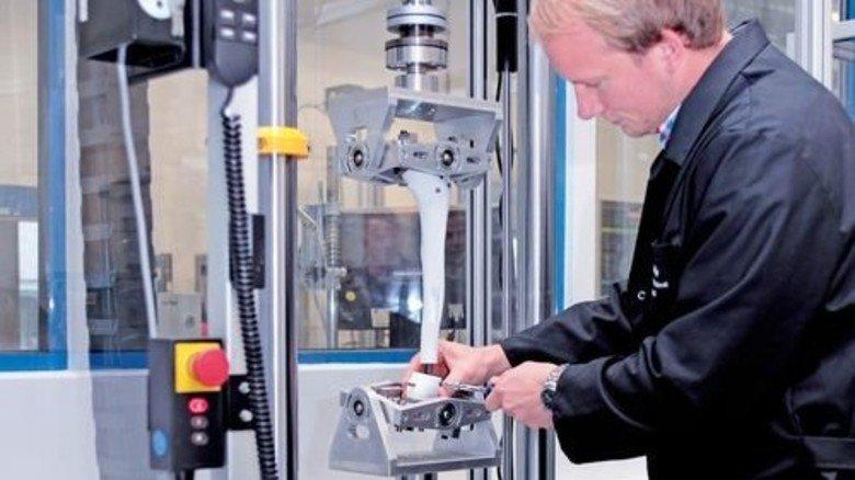Maßarbeit: Stryker-Ingenieur Christopher Bauer am Prüfstand im Labor. Foto: Mischke