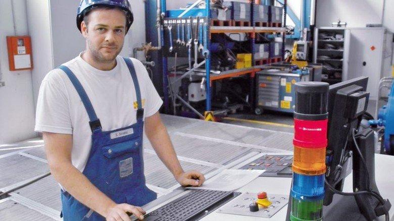 Anspruchsvoller Job: Der 28-Jährige an seinem Arbeitsplatz bei Schottel. Foto: Schwandt