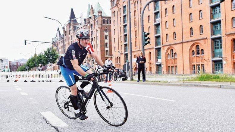 Paul Jacobs auf der Radstrecke, die 180 Kilometer durch Hamburg führte. Foto: Christian Augustin