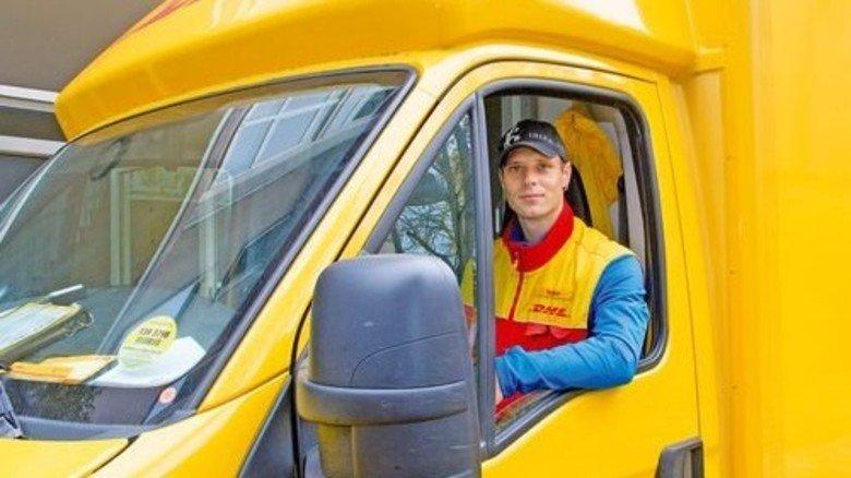 Los geht's! Stefan Weber ist einer von 110.000 DHL-Boten, die zum Fest Briefe und Pakete ausfahren. Foto: Straßmeier