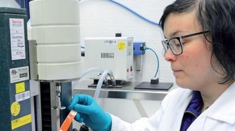 Pinselprobe: Laborantin Mandy Viertel testet die Viskosität eines Lackes, also seine Zähflüssigkeit. Foto: Sturm