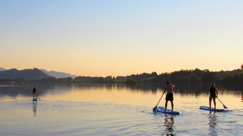 Gemächlich durch die Fluten: Stand-up-paddling im Allgäu. Foto: SUP Schule Allgäu