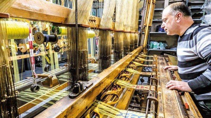 Blick in die Vergangenheit: Hayrettin Circioglu am Holzwebstuhl. Foto: Roth