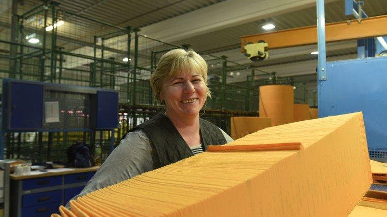 Pakt kräftig zu: Frieda Dück bereitet Haushaltstücher für den Versand vor. Foto: Wirtz