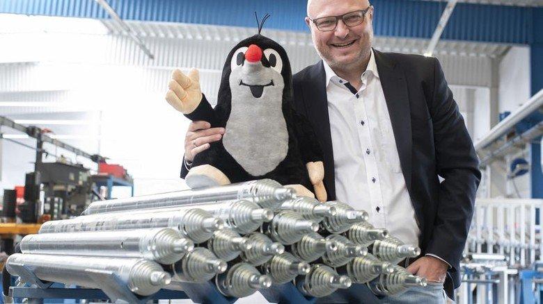 Fröhliches Duo: Marketing-Chef Burkhard Rarbach mit Mauwurf, dem Markenzeichen der Firma, und Erdraketen. Foto: Moll