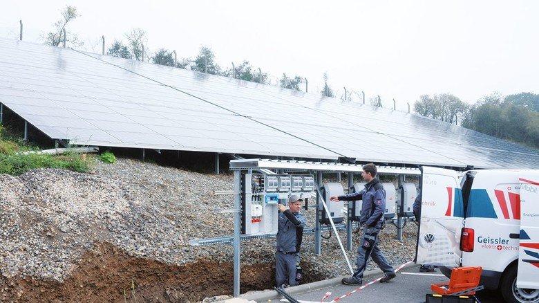 Eigener Strom: Die neue Solaranlage wird gerade angeschlossen.
