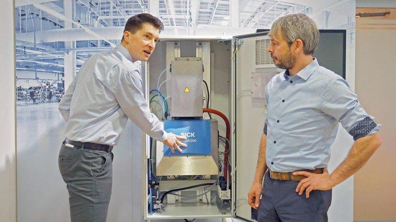 Hightech für mehr Umweltschutz: Christian Lohner (links) und Hinrich Brumm zeigen das Gerät, das Schiffsabgase kontrolliert.