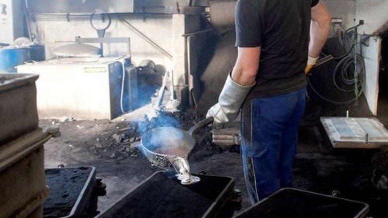 Hier ist es heiß: Salvatore Gambino befüllt gerade eine Form mit flüssigem Aluminium. Foto: Moll