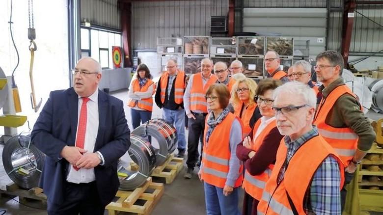 Einblicke: BWS-Geschäftsführer Stefan Schober (links) führte den Arbeitskreis Schule Wirtschaft durchs Service-Walzwerk. Foto: Higo