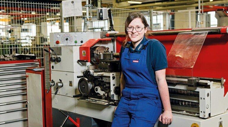 In der Lehrwerkstatt: Metall bearbeiten – das gefällt Lina Landgraf. Da ist sie in ihrem Element.