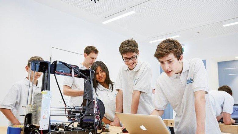 Konzentration: Die Schüler der Stadtteilschule Max Brauer konfigurieren gemeinsam ihren 3-D-Drucker. Foto: Höhne