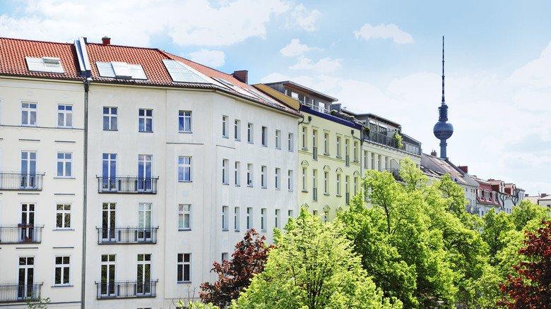 Wohnhäuser in Berlin: Wird die Wohnung, in der man als Mieter wohnt, verkauft, dann hat der neue Eigentümer das Recht, sich die Wohnung anzuschauen.