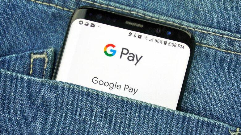 Alles in der Tasche: Mit digitalen Bezahldiensten, die man etwa über eine App auf dem Handy nutzen kann,  lässt sich schnell die Rechnung online begleichen.