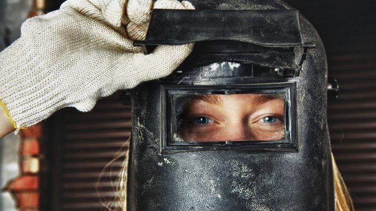 Hallo Kollegin: Gleichberechtigung im Job sollte längst selbstverständlich sein. Foto: Adobe Stock