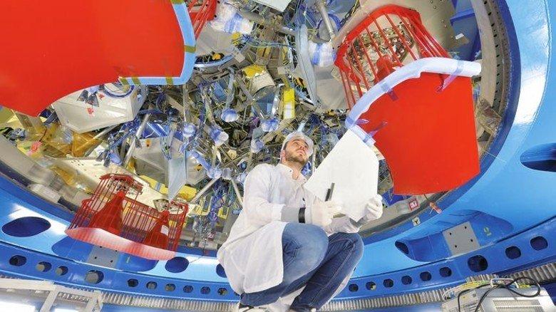 Millimeterarbeit: Mechatroniker Maurice Kremer bereitet die Montage einer Kabelbox vor. Foto: Bahlo