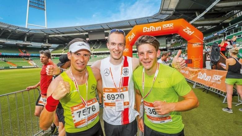 """Sieg beim """"B2Run"""": Schnellster Finisher war Läufer Sebastian Kohlwes (Mitte) von SG Stern Bremen. Foto: Stephan Schuetze/B2Run"""