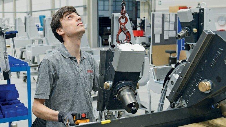 Familien-Business: Der junge Industriemechaniker Dennis Felker arbeitet wie seine Brüder für den erfolgreichen Sondermaschinenbauer unweit von Bremen.