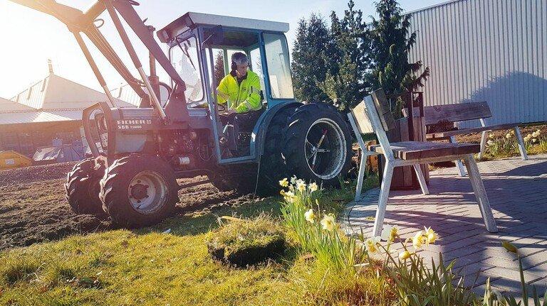 Passioniert: Richard Schulte auf seinem Trecker bei der Bearbeitung des Mitarbeitergartens.