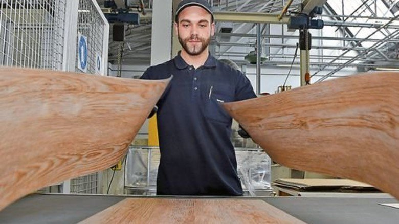 Gekonnt: Marc Schmitt legt die Planken für den Versand zusammen. Foto: Sandro