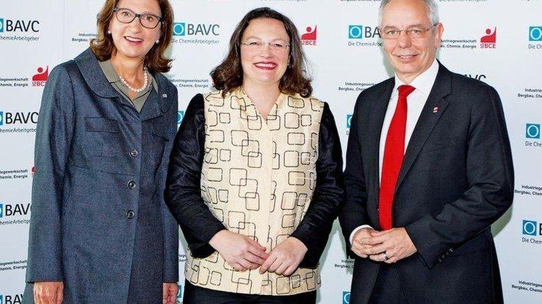 Reden miteinander: BAVC-Präsidentin Margret Suckale, Arbeitsministerin Andrea Nahles, IG-BCE-Chef Michael Vassiliadis (von links). Foto: Stiirn