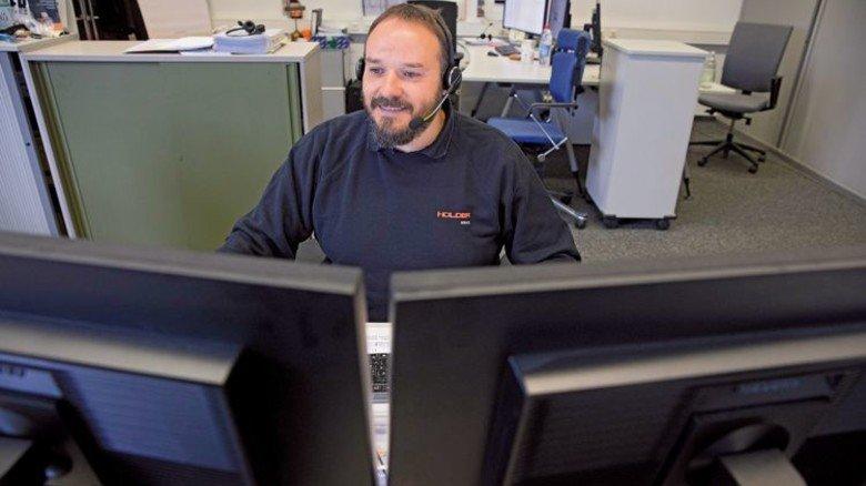 Am Schreibtisch: Die meisten Probleme kann Groß ganz schnell telefonisch lösen.  Foto: Eppler