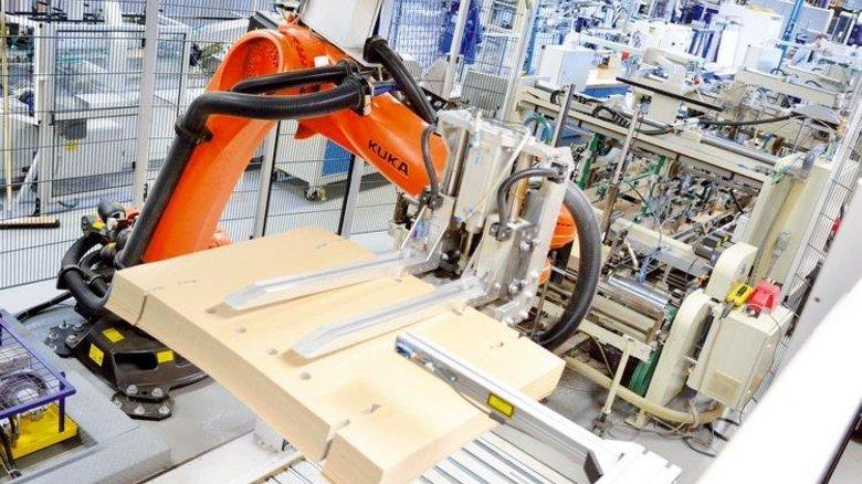 Unermüdlich: Roboter, die schwere Kartonagen verarbeiten, brauchen laufend Strom. Foto: Scheffler